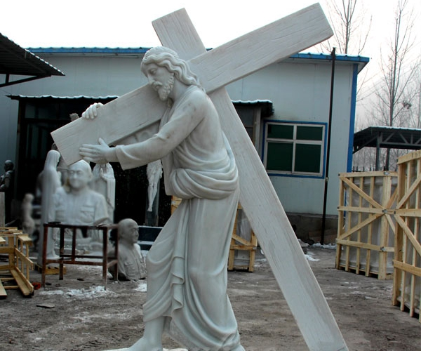 cross with corpus statue